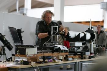 Wolfgang Grzybowski beim Test von Optiken