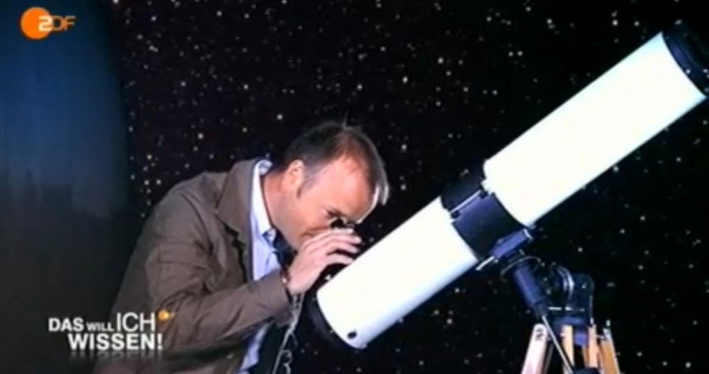 Karsten Schwanke beim professionell anmutenden Blick durch ein Newtonteleskop