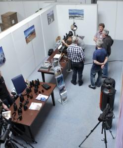 Die optische Bank. Einige Besucher warten auf den Test ihrer Optik