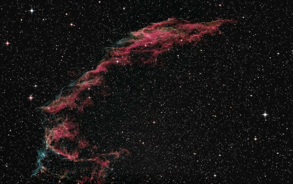 Der Sieger des letzten Wettbewerbs: Der Cirrusnebel NGC 6992, aufgenommen mit einem Newton 200/1000 auf EQ-6 PRO Montierung und einer Canon 60Da und CLS CCD Clipfilter. Fotograf Rainer Kuhl.