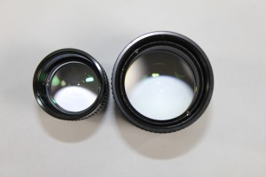 """Vergleich der Feldlinse zwischen einem 40mm 1,25"""" und dem 40mm 2"""" Okular aus dem Okularkoffer. Das 2"""" Okular erreicht ein deutlich größeres Gesichtsfeld am Himmel"""