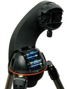 Die Montierung verfügt über einen Schwalbenschanzanschluss und ein integriertes Batteriefach.