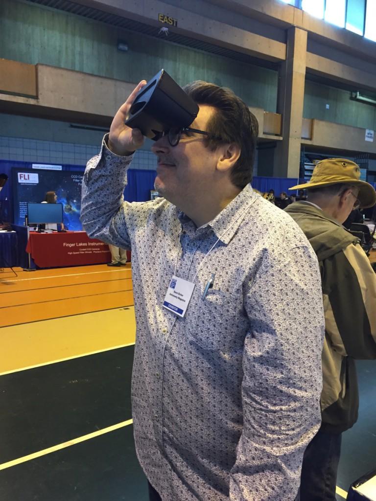 Dave Eicher vom Astronomy Magazine fand an Universe2go sichtlich viel Gefallen.