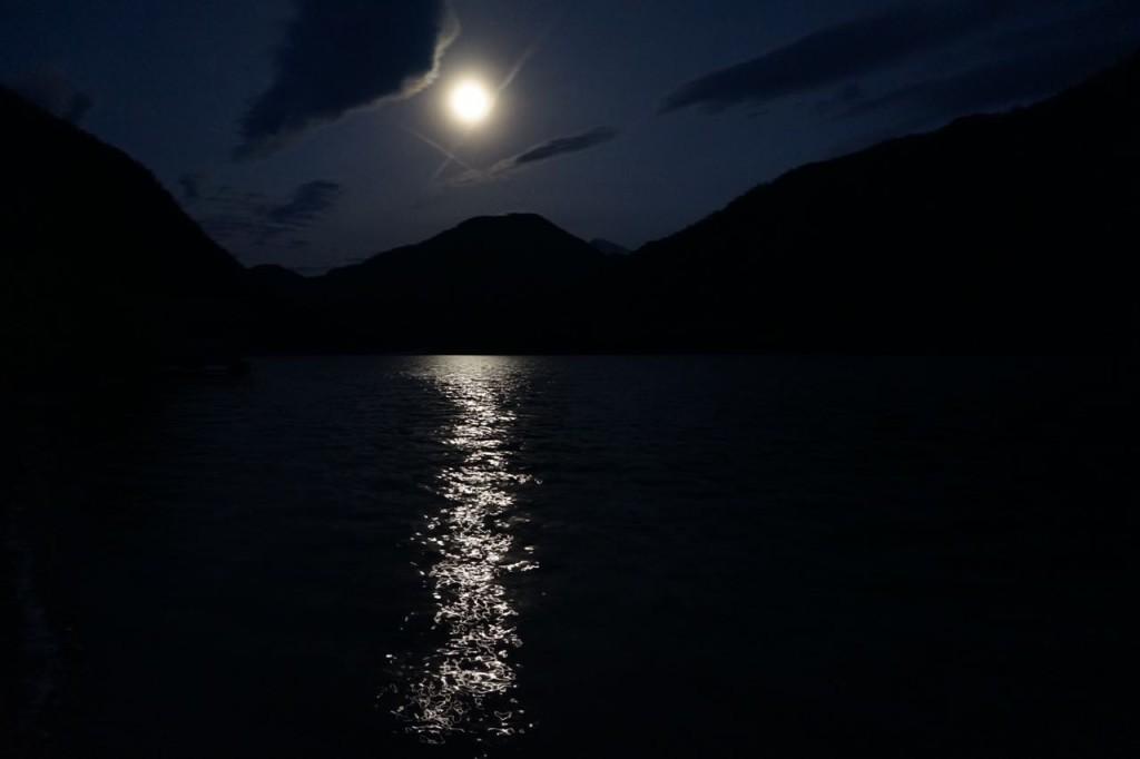 Mond über Bergen und See