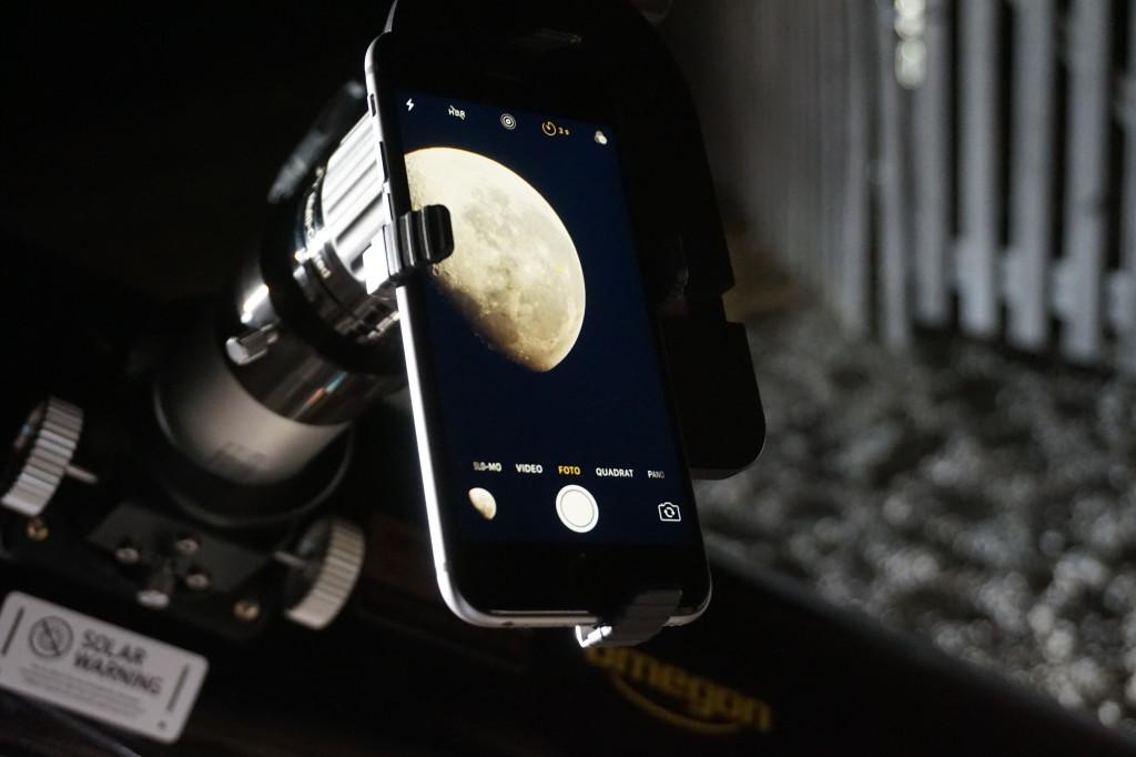 So sieht es aus: Das Smartphone am Teleskop und der Mond im Zentrum.